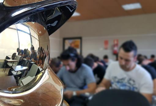 Los alumnos durante una clase en la academia
