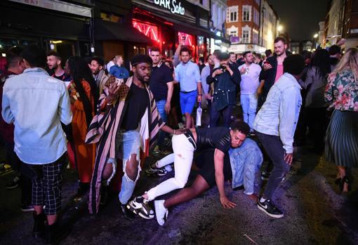Gente en el suelo, tras bailar en plena calle