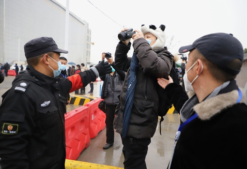 Durante toda la misión, la seguridad china aisló al equipo de la OMS y trató de impedir que los periodistas hablaron con ellos y tomaran imágenes