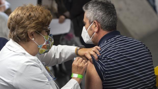 Las comunidades piden vacunación voluntaria con AstraZeneca o distanciar dosis para agilizar la campaña