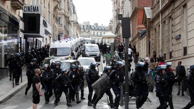 Al menos 71 detenidos tras las manifestaciones contra el certificado de  vacunación en Francia