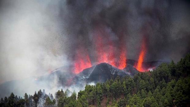 Evacuación masiva en La Palma ante el avance imparable de la lava del volcán