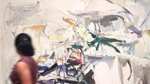 Una persona observa el retrato que Andy Warholl hizo de Brigitte Bardott
