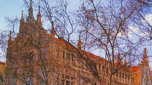 El edificio es una joya arquitectónica situada en pleno distrito de Salamanca