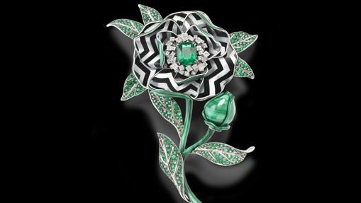 El broche Fleur Graphique con una esmeralda talla cojin