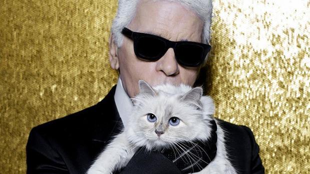 Karl Lagerfeld junto a su gata Choupette