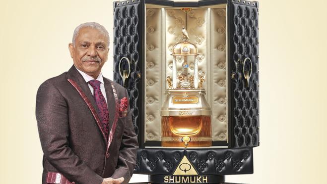 El maestro perfumista Asghar Adam Ali junto al estuche de casi dos metros del perfume