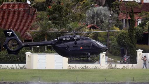 Neymar bajando de su aeronave