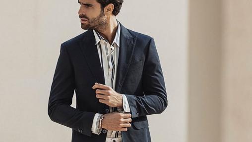 Pantalón blanco y blazer marina, una opción genial