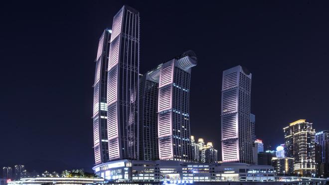 Vista nocturna del impresionante complejo de edificios