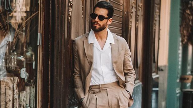 Carlos Domord con traje de lino y camisa