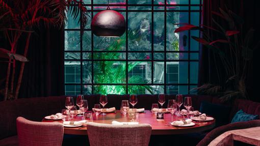 Una de las mesas interiores de Vudú Marbella