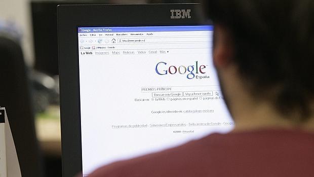 Una persona utiliza un buscador de internet