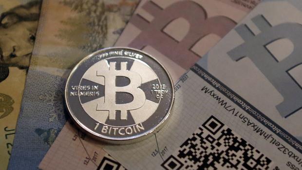Moneda física con logotipo de bitcoin