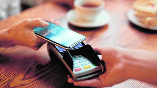 Un smartphone cargando la cuenta a través de la tecnología «contactless»
