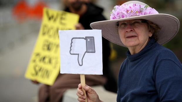 Una mujer protesta ante el Congreso de EE.UU.