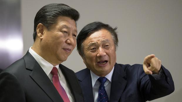 Imagen de archivo del presidente de China, Xi Jinping (izquierda) con el fundador de Huawei, Ren Zhengfei (derecha)