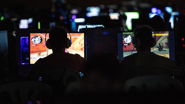 Imagen de archivo de dos «gamers» en la DreamHack Sevilla, evento de videojuegos y esports