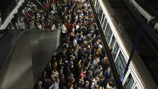 La estación de Nuevos Ministerios en el andén de la Línea 8 en hora punta