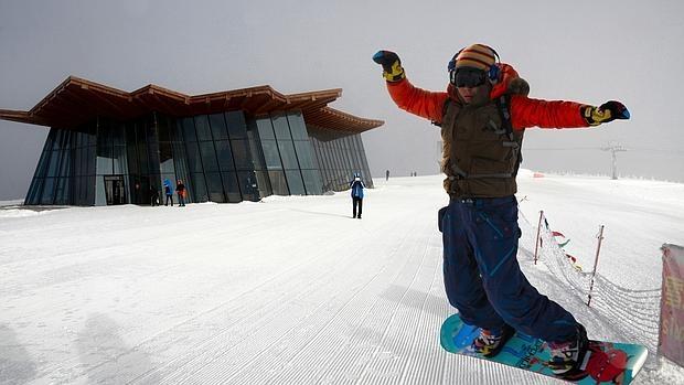 Un practicante de snowboard en una de las pistas todavía poco concurridas de Zhangjiakou