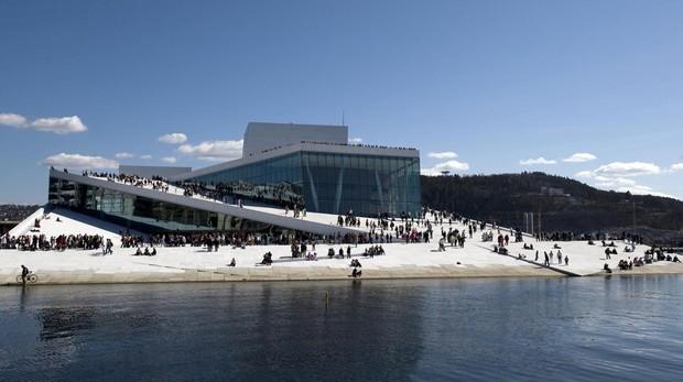 Su exterior anguloso en blanco parece surgir del agua y durante todo el año sus visitantes pueden subir al techo para disfrutar de las vistas a la ciudad y al fiordo de Oslo
