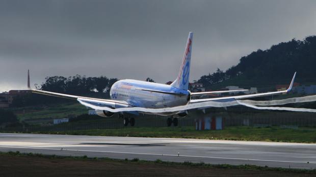 Un avión efectuando el despegue del aeropuerto
