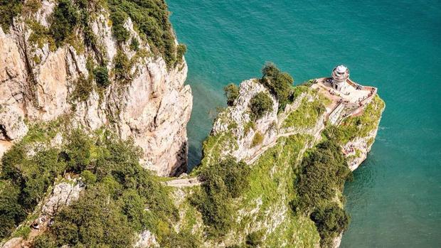 Al fondo, tras la correspondiente bajada de 685 escalones, está el Faro del Caballo, Santoña