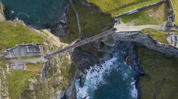 Vista aérea del nuevo puente del castillo de Tintagel