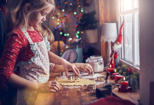 Una niña participa en la elaboración de las galletas en Navidad
